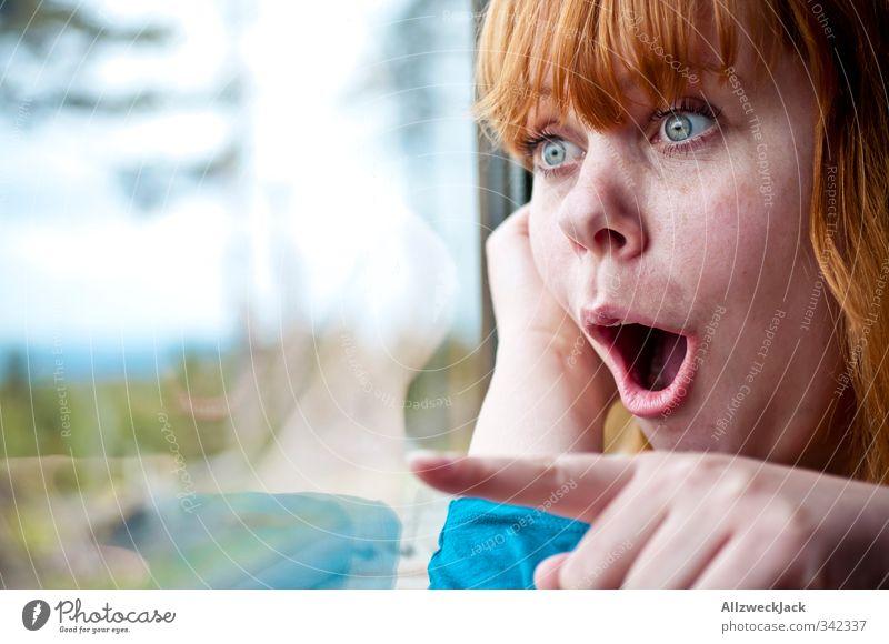 Whoa! Mensch Frau Jugendliche Ferien & Urlaub & Reisen Freude Junge Frau Erwachsene feminin 18-30 Jahre Energie zeigen entdecken Überraschung Begeisterung Euphorie Vorfreude