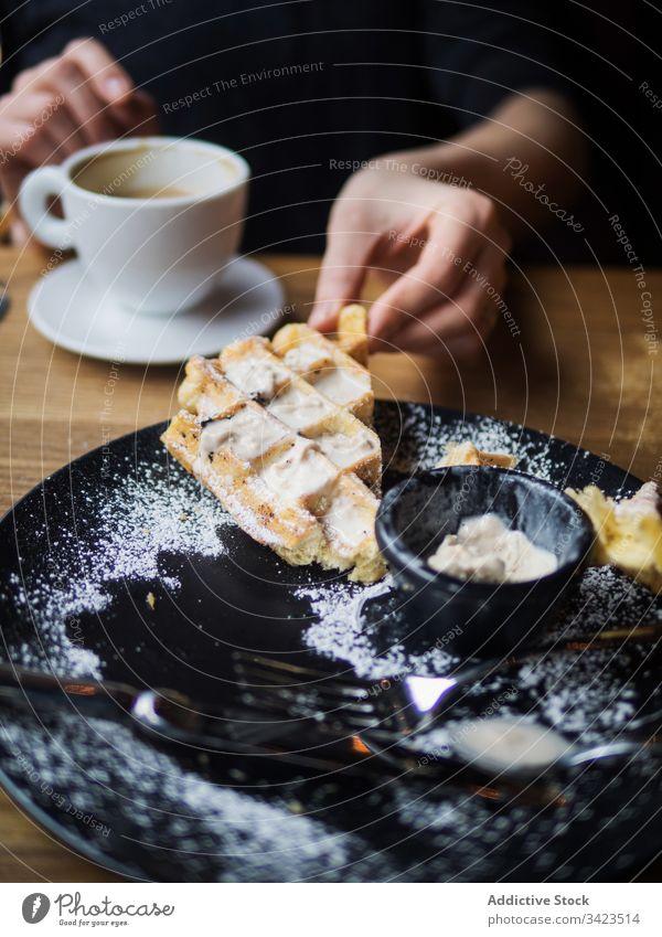 Erntehelfer, der Kaffee nach Eiscreme und Waffeln trinkt Person Speiseeis Café trinken essen geschnitten süß Tisch sitzen Gabel Messer lecker Lebensmittel