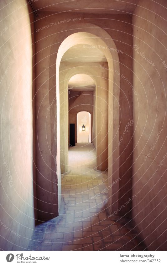 El corredor Sevilla Andalusien Spanien Altstadt Bauwerk Gebäude Architektur Mauer Wand Fassade Gang Flur Symmetrie Fliesen u. Kacheln Torbogen Bogen
