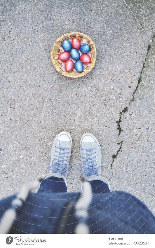 frau steht vor osterkörchen mit ostereiern auf der straße Ostern Ostereier bunte Eier gekochte Eier Lebensmittel Tradition Frühling Ernährung Feste & Feiern