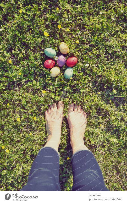 barfuß vor den ostereiern rumstehen Ostern Ostereier bunte Eier gekochte Eier Lebensmittel Tradition Frühling Ernährung Feste & Feiern mehrfarbig Außenaufnahme