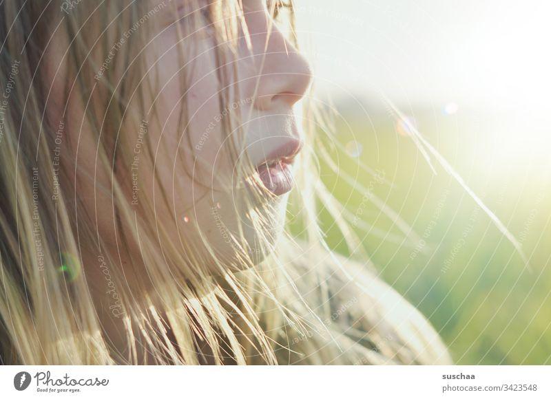 mädchenportrait im gegenlicht Kind Mädchen Haare Gesicht Profil Nase Mund Gegenlicht Sonnenlicht strähnige Haare Moment draußen hell strahlen Kindheit