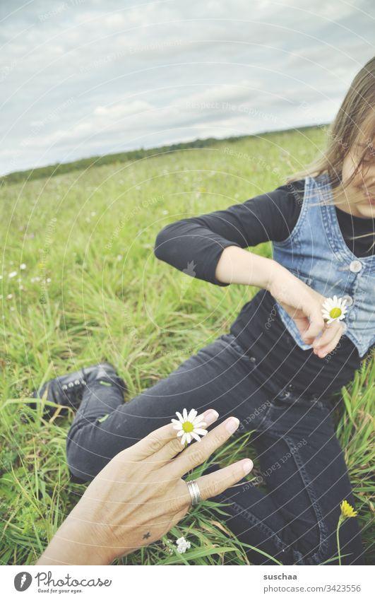 mutter und tochter im grünen mit ring aus blumen Kind Mädchen Hände Hand Finger Kindheit Außenaufnahme Spielen draußen Freizeit & Hobby Frühling Natur Ring