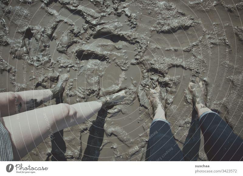 beine und füße im matsch Matsch Schlamm Dreck Sauerei Schlick Wattenmeer Meer Nordsee Ebbe Strand Küste Wasser Sand Ferien & Urlaub & Reisen Gezeiten Erholung