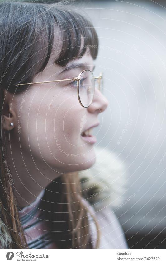 teenager im profil Jugendliche Teenager Pubertät junge Frau Mädchen Gesicht Profil hübsch Lächeln Brille Haare ponyfrisur Nase Mund Augen sanft Haare & Frisuren