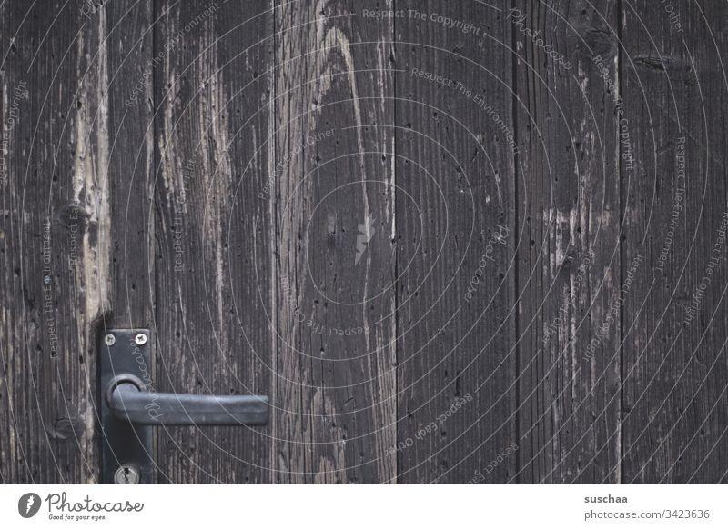 alte holztür mit türgriff Holz marode Außenaufnahme Menschenleer Tür Tor Türgriff verschlossen geschlossen Eingang Eingangstür Griff Detailaufnahme Schloss