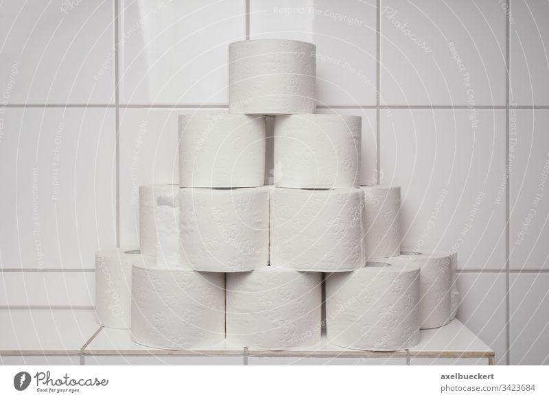 Klopapier horten Toilettenpapier viele Panikkäufe Vorrat Stapel Hygiene Bad Körperpflege Engpass gestapelt Korona Virus Coronavirus Krise sanitär covid-19