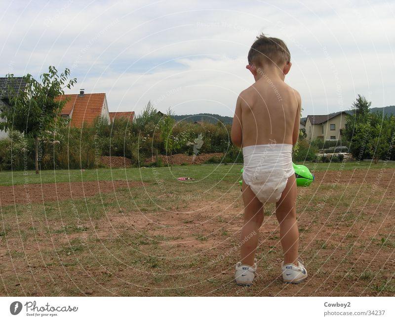 Wasserpistole Kind Mann Sommer Junge Spielen Garten Rücken Windeln