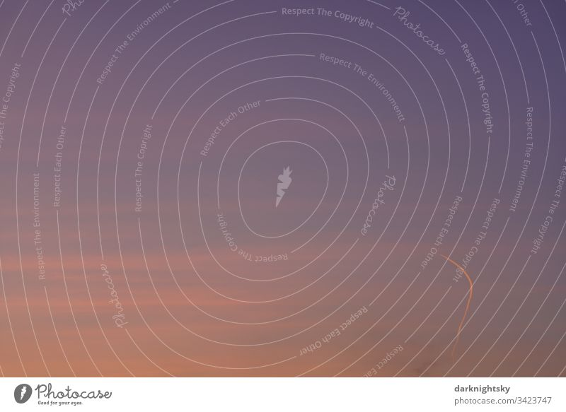 Abend Himmel mit Kondensstreifen eines Flugzeugs kurve Richtungswechsel fliegen leerer corona krise Sonnenuntergang luftfahrt airlines ruhe stille mysteriöse