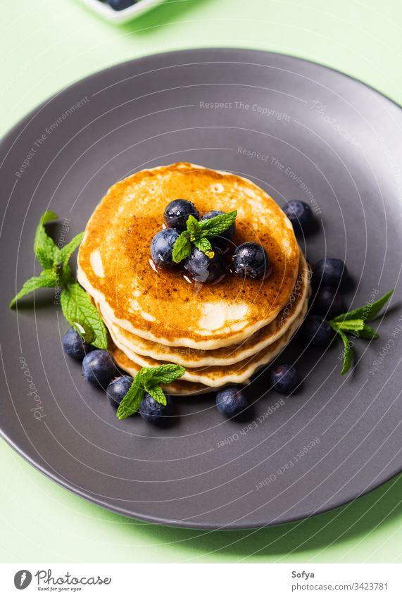 Stapel hausgemachter Pfannkuchen mit frischen Beeren Frühstück lecker Amerikaner niemand Ernährung nahrhaft Pastell Gebäck Haufen Minze Teller Portion Rezept