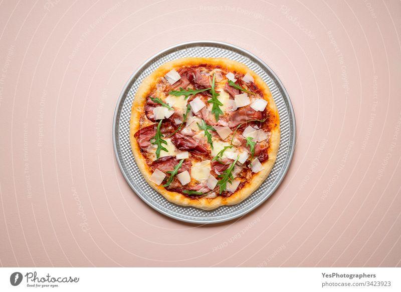 Pizzaschinken auf einem Backblech. Pizza mit ganzem Schinken und Rucola Italienisch obere Ansicht Kohlenhydrate Käse und Schinken Küche Abendessen Europäer