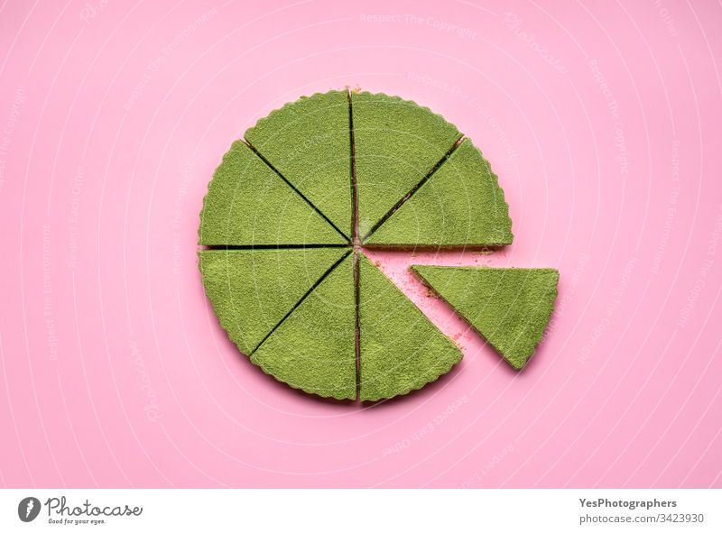 Geschnittener Käsekuchen mit Matcha.  Gesundes grünes Dessert obere Ansicht Kuchen Käsekuchen-Torte farbenfroh Konditorei cremig lecker flache Verlegung