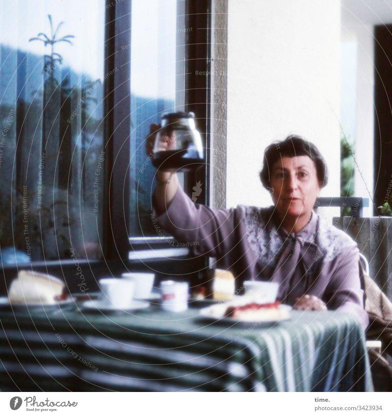 Hej, de koffie is klar tisch sitzen balkon kaffee kaffeekanne geschirr fenster anbieten angebot kuchen teller tasse tischdecke wand zuhause kleid kurzhaarig