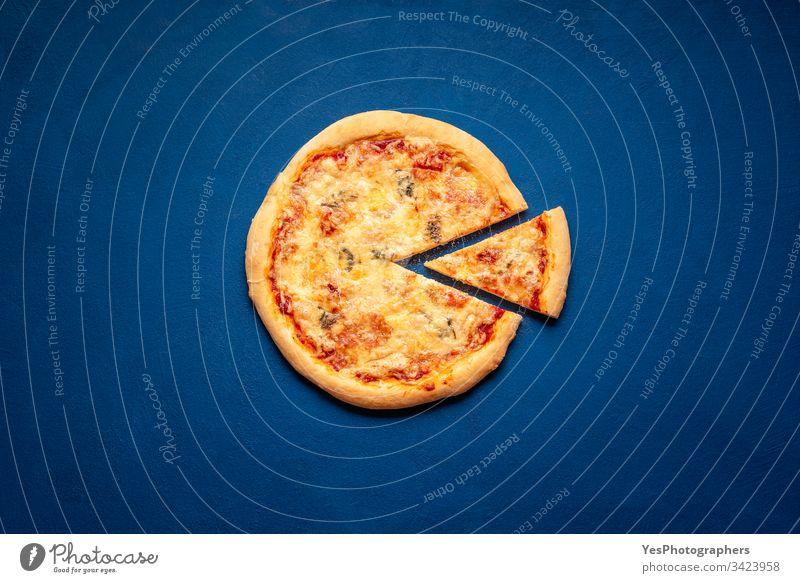 Pizza mit vier Käsesorten auf dem klassischen blauen Tisch. Pizzascheibe flachgelegt 4-Käse-Pizza Italienisch obere Ansicht gebacken Kohlenhydrate