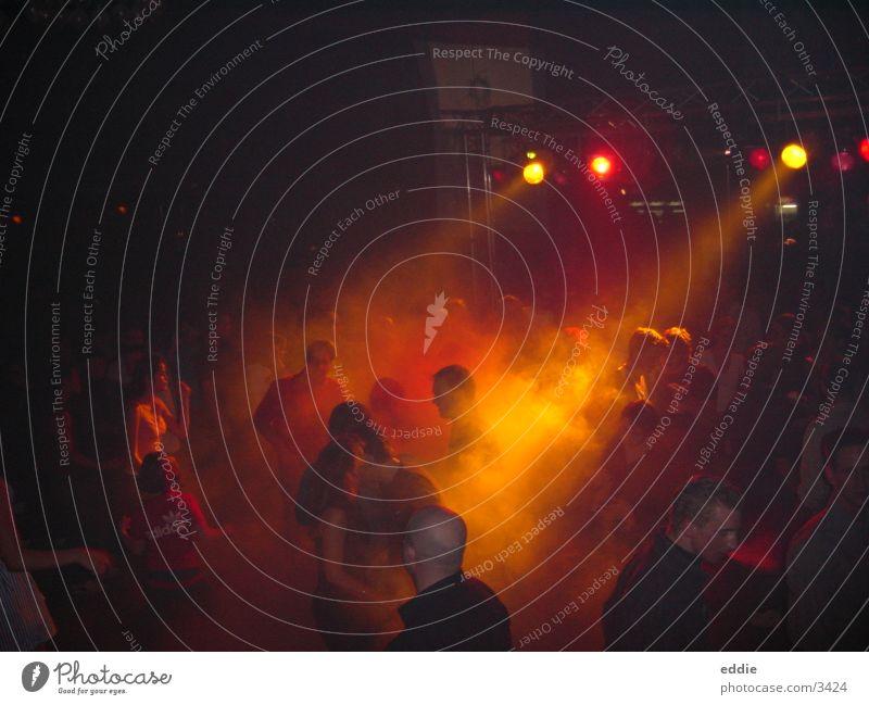 clubbing Club Party Partygast Lichtschein Nachtleben orange Menschengruppe Tanzen Innenaufnahme dunkel