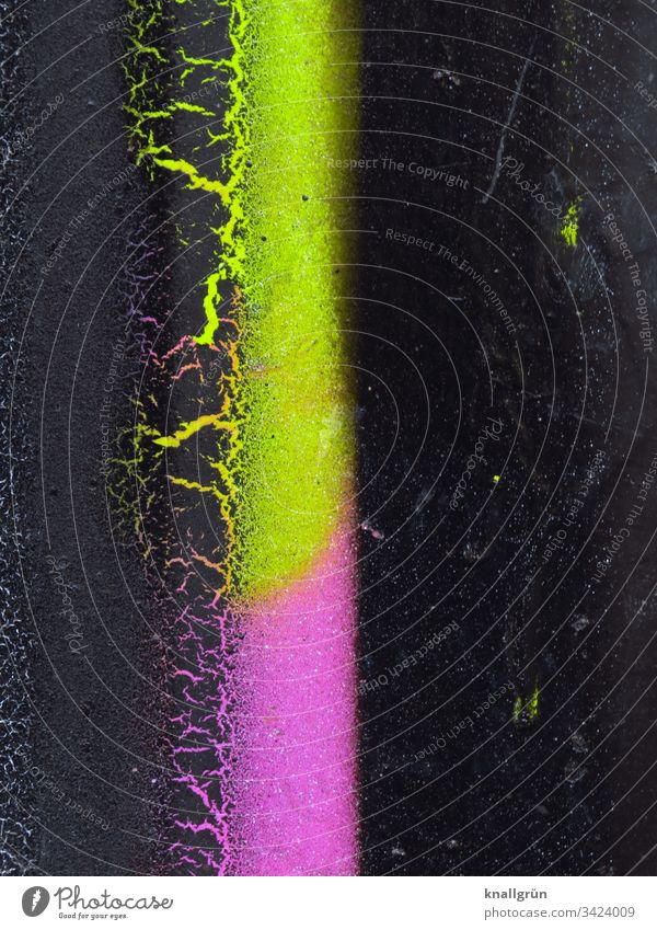 Detailaufnahme eines Graffiti neongrün und neonpink auf schwarzem Hintergrund neonfarbig Außenaufnahme Farbfoto Wand abstrakt Menschenleer Muster Farbe