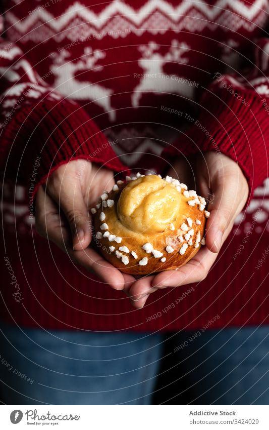 Frau hält hausgemachte Brötchen Lebensmittel backen selbstgemacht geschmackvoll Gebäck süß lecker frisch Ernährung appetitlich essen Koch kulinarisch Winter