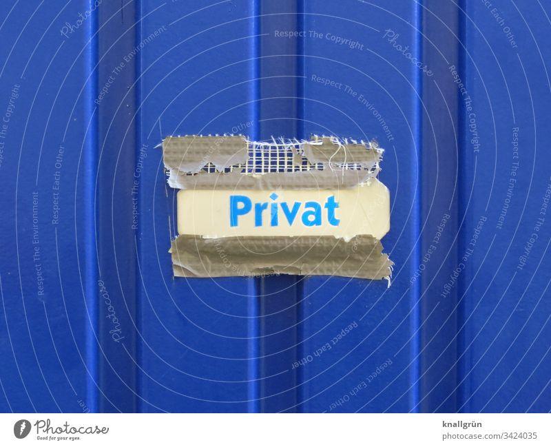 Schild mit der Aufschrift Privat mit kaputtem Gewebeklebeband an einem Büro Container angebracht Kommunikation Schilder & Markierungen Hinweisschild