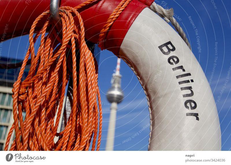 Rettungsring mit Aufdruck Berliner, Fernsehturm Mittig im Hintergrund. Berliner Fernsehturm Berlin-Mitte Wahrzeichen Hauptstadt Tourismus Sehenswürdigkeit