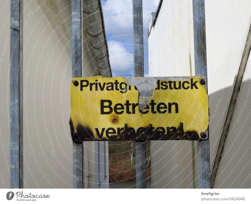 kaputtes Privatgrundstück Betreten verboten Schild am Tor zwischen zwei Häusern Warnschild Verbotsschild Hinweisschild Verbote Warnhinweis