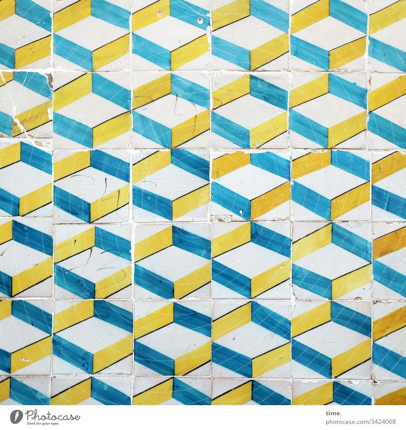 Lissabonner Dreiklang leben frisch lebendig lebensfreude lebenslust wand mauer farbe riss putz bunt gelb blau kacheln fliesen tradition kultur stadtbild trashig