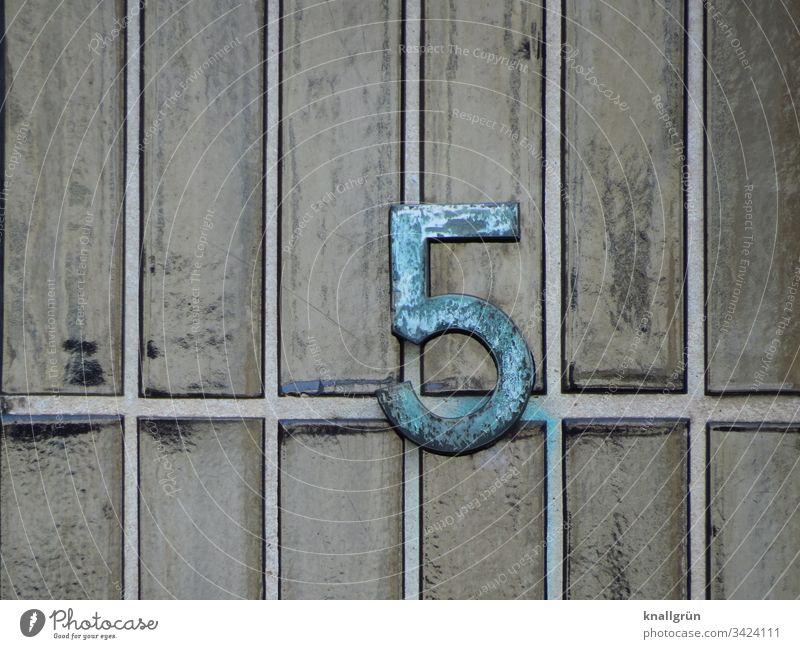 Schmiedeeiserne Hausnummer 5 auf grau-grün glasierten Klinker Riemchen Zahl klinker Ziffern & Zahlen Detailaufnahme Muster Wand Außenaufnahme Fassade