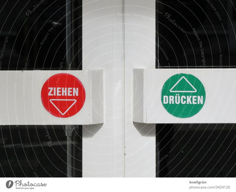 Nahaufnahme einer Ladentür mit dem Hinweis ziehen und drücken Tür Eingang Ausgang Architektur geschlossen Glastür Metallrahmen Aufkleber Hinweisschild Griff
