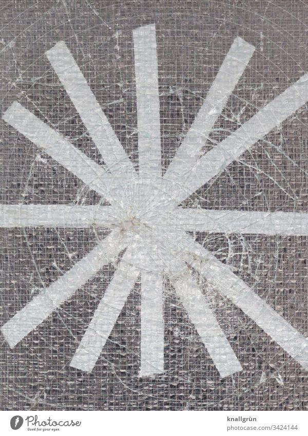 Loch in einer Drahtglasscheibe mit weißem Klebeband sternförmig abgeklebt Scheibe kaputt Stern Drahtglastür Muster Strukturen & Formen Nahaufnahme Außenaufnahme