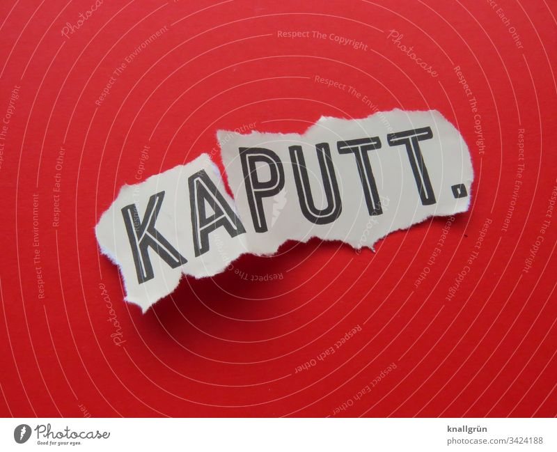Kaputt kaputt Kommunizieren Sprache Schriftzeichen Buchstaben Typographie Lateinisches Alphabet Wort Text Großbuchstabe Letter Studioaufnahme Riss Farbfoto