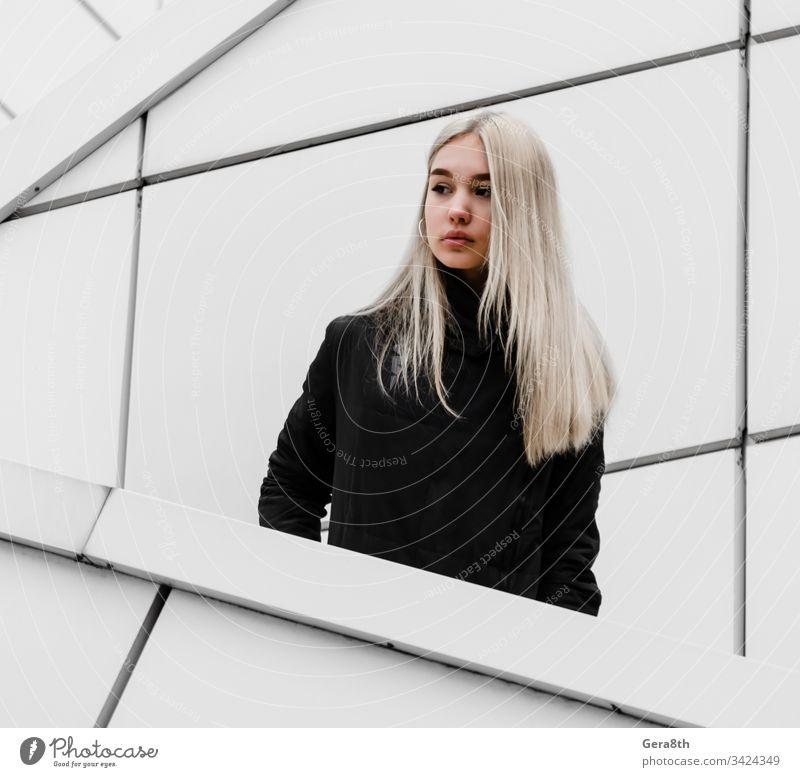junges Mädchen mit blonden Haaren und schwarzer Kleidung vor einem grauen Gebäude Erwachsener Architektur Herbst schwarze Kleidung blondes Haar Großstadt