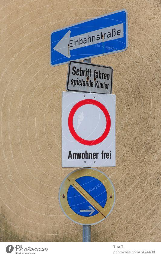 Templin Brandenburg Verkehrszeichen Verkehrsschild Parkverbot anwohner Einbahnstraße Schritt fahren Farbfoto Außenaufnahme Schilder & Markierungen Menschenleer