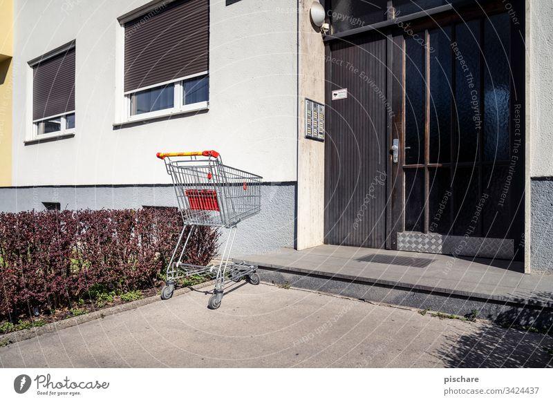 Einkaufswagen vor Haustür einkaufswagen coronavirus pandemie Endzeitstimmung Einkaufen Fassade