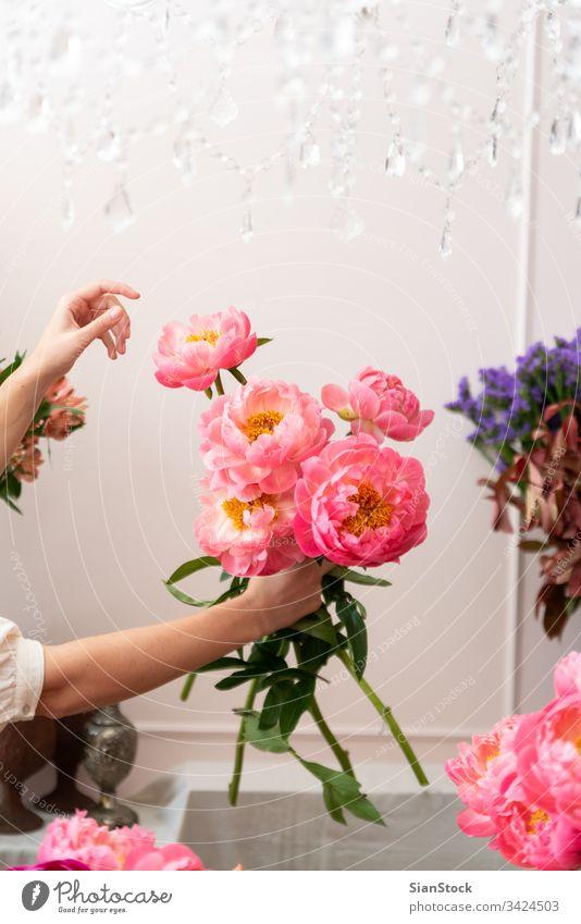 Schöne blonde Blumenhändlerin kreiert wunderbares Bouquet Eleganz Zusammensetzung weich elegant Dekor Internationaler FrauentagDelikat Hand Halt Frühling