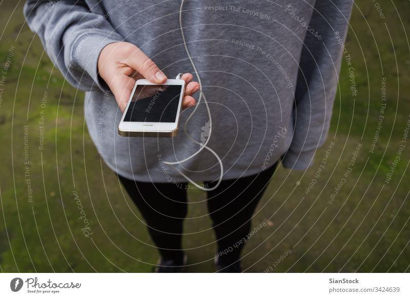 Junge Frau benutzt tragbare Technik beim Fitnesstraining Telefon zuschauen Mobile Sport rennen klug Technik & Technologie iphone Kopfhörer Übung App Training