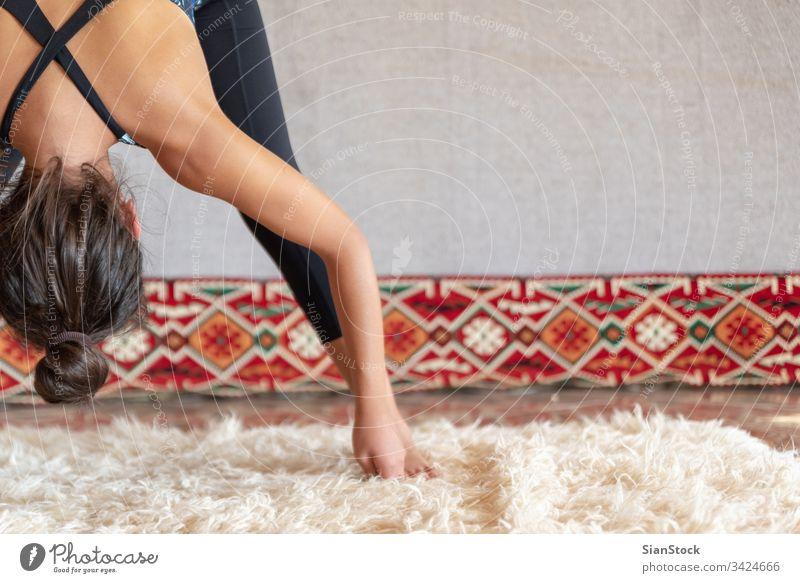 Frau bei körperlicher Betätigung und Dehnung, Yoga-Konzept Mädchen Übung Yogi jung Beine Fitness weiß Hände schließen nach oben schön Sport Gesundheit