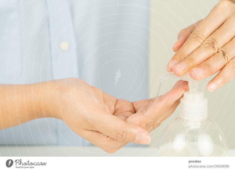Frauen tragen Alkohol-Gel oder Anti-Bakterien-Seife auf, um Viren, Keime und Bakterien zu reinigen und zu entfernen. antibakteriell bewerben Hintergrund Flasche