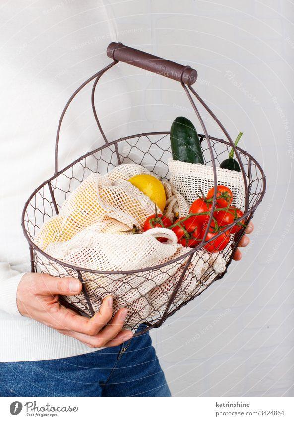 Frau hält Rücken mit Gemüse und Fritten in Taschen keine Verschwendung Glas Glasgefäß Korb Konzept aufbewahren Körper Hände gesichtslos Textil Landwirte