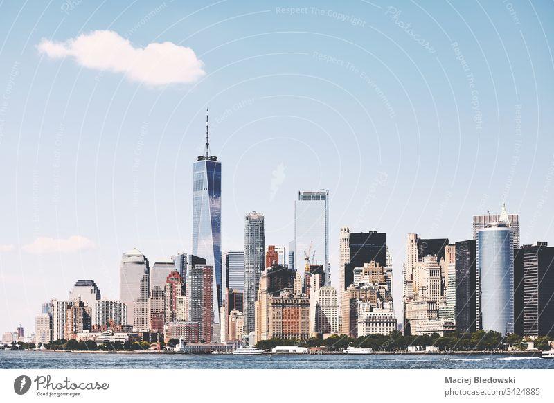 Die Skyline von New York City an einem schönen sonnigen Tag, USA. New York State Großstadt Wolkenkratzer Manhattan Gebäude Turm Büro Business District