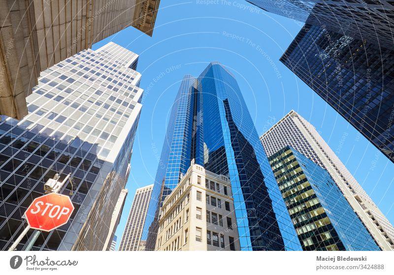 New Yorker Wolkenkratzer mit Stoppschild auf der linken Seite, USA. Großstadt New York State Manhattan Büro Gebäude Business Appartement Stadtbild nachschlagen