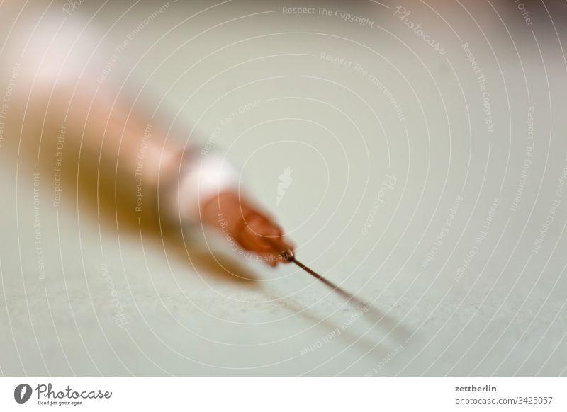 Injektionsspritze arzt gesundheit injektion injektionsspritze innen kanüle krankheit medikamentm intravenös medizin menschenleer textfreiraum tiefenschärfe