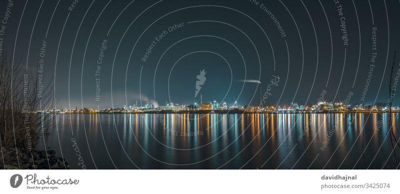 Industrielandschaft mit dem Rhein und den chemischen Produktionsanlagen in Ludwigshafen von Mannheim aus gesehen. Landschaft Deutschland Fluss Wasser Stadtbild