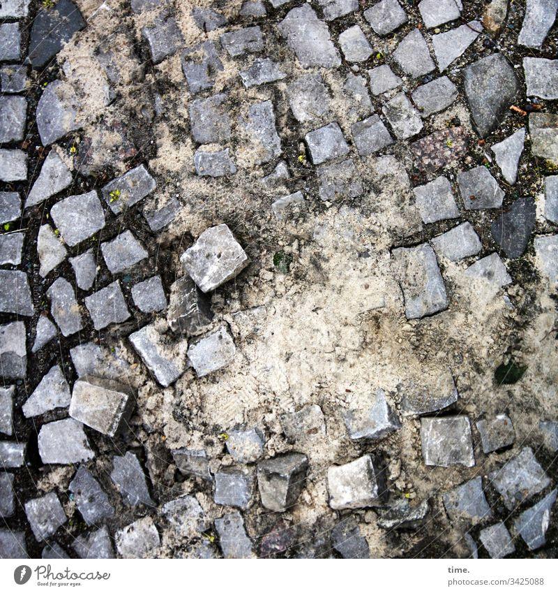 Auslegeware straße tageslicht platz perspektive steine pflasterstein pflasterung lebendig fleckig urban baustelle sand arbeit unfertig unordnung durcheinander