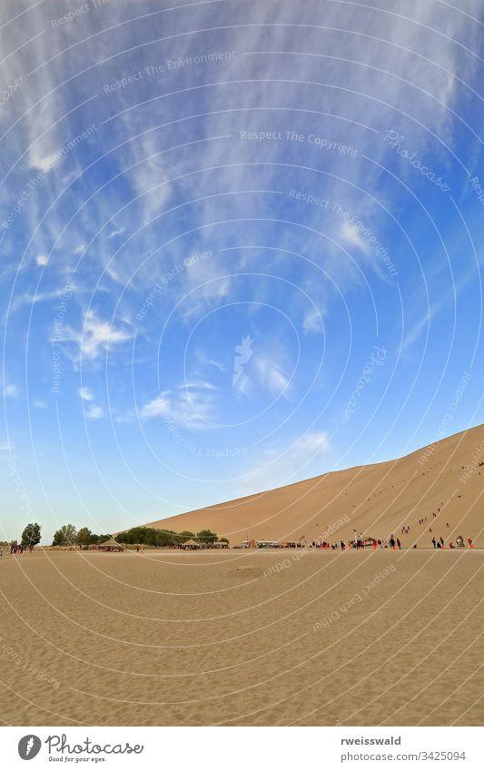 Sandkletterer auf den Dünen rund um die Oase Crescent Lake-Yueyaquan. Dunhuang-Gansu-China-0681 mehrere Personen viele Menschen Holzfußweg Holzsteg Weg