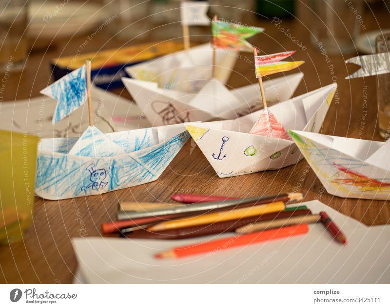 Gebastelte und von Kindern bemalte Papierschiffe Kindererziehung Kindergarten kita Basteln stiftebox Stifte malen zeichnen Kreativität kreativ zuhause bunt
