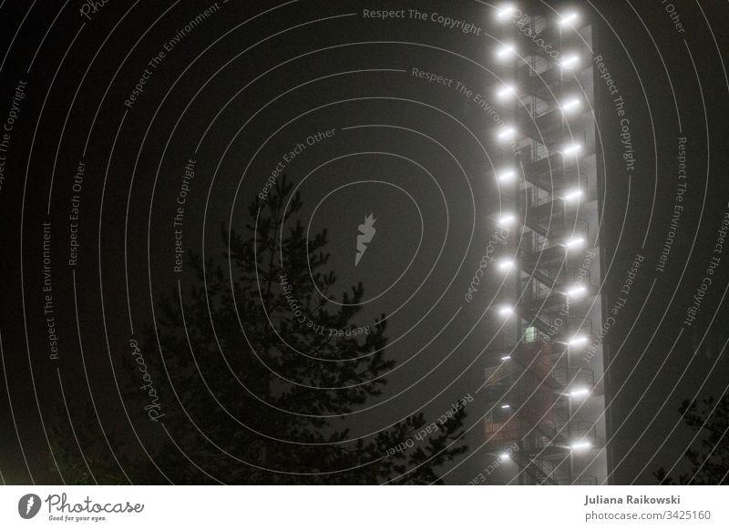 Natur gegen Industrie Nacht Hochhaus Architektur Baum Licht Gebäude Menschenleer Nebel Farbfoto Außenaufnahme Stadt Haus dunkel Tanne düster Abend Low Key