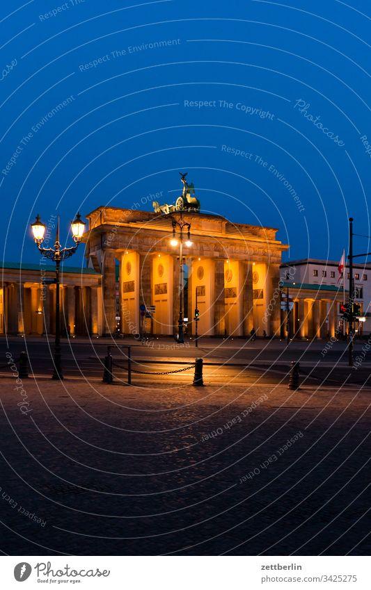 Brandenburger Tor am Abend abend berlin brandenburger tor dunkel dämmerung hauptstadt himmel klassizismus langhans quadriga säule wahrzeichen platz menschenleer