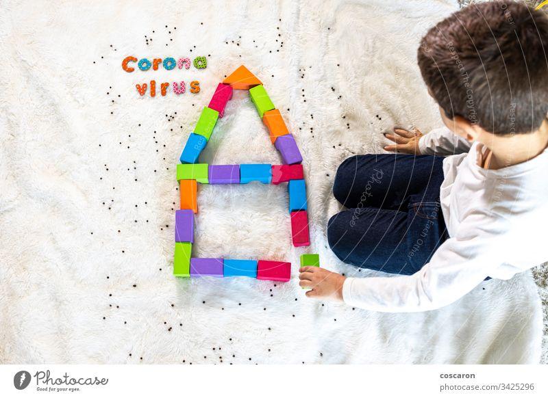 Kleines Kind spielt und versteht, was das Coronavirus ist Blöcke Kaukasier Kinder Großstadt Konzept begrenzt Einsperrung ansteckend Textfreiraum Korona COVID19