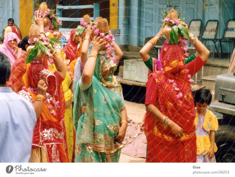 Indische Frauen Hochzeit Indien Schleier Sari verpackt Kopfschmuck Farbe Kokusnüsse