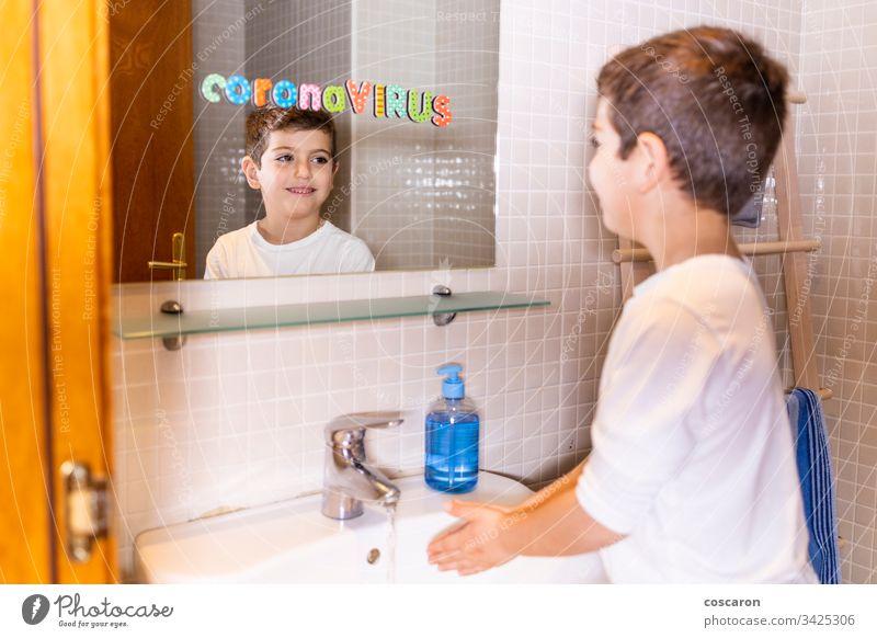 Kleines Kind beim Händewaschen. Coronavirus-Konzept. 2019-ncov Alkohol Bakterien Sauberkeit zurechtmachen Korona Corona-Virus covid-19 niedlich dreckig