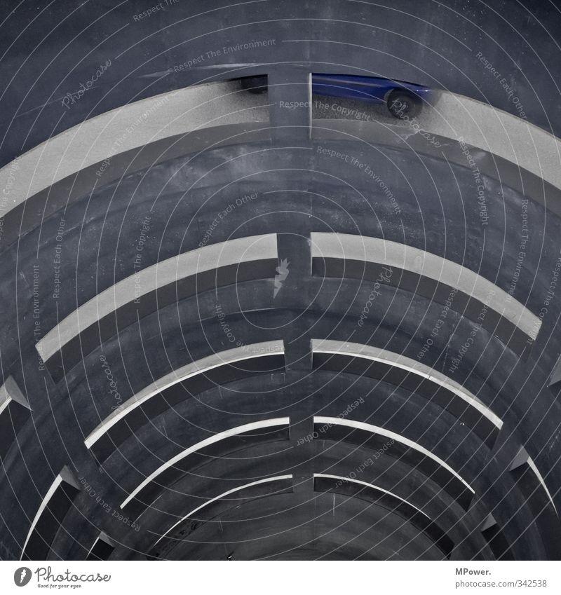 parkdeck blau Bewegung grau PKW Verkehr hoch fahren Verkehrswege Röhren drehen Fahrzeug Tunnel abwärts Personenverkehr Verkehrsmittel Parkhaus